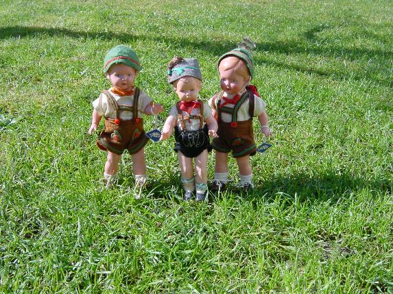 Die Zwillinge Christel und Christine warten schon mit ihrem kleinen Bruder.